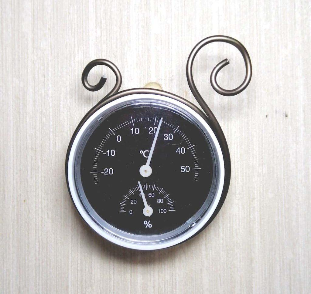 アルミ線で温湿度計を装飾